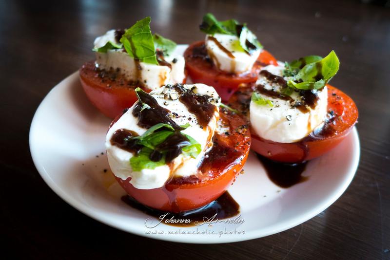 Caprese salaatti freesatuilla tomaateilla ja hunaja-balsamico kastikkeella