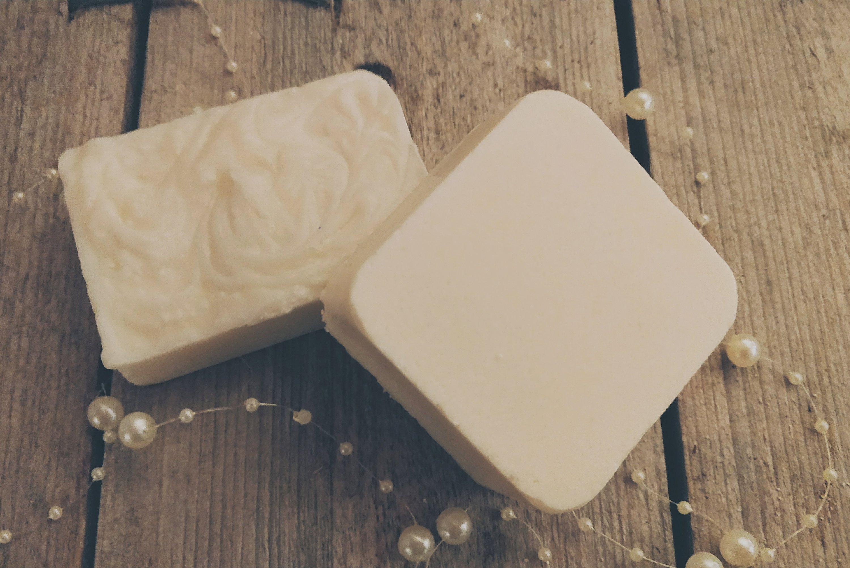 Seuraavaksi kokeillaan Särkisalon Suolasaippuaa ja Teepuusaippuaa. Kummatkin käsin tehtyjä, luonnollisia, vegaanisia ja ilman yhtään turhaa ja ylimääräistä ainesosaa!