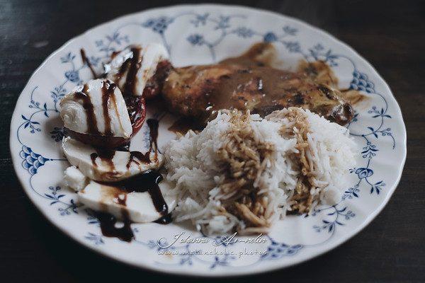 Erinomaisen maukas riisi, broilerfileet currykermassa ja caprese salaatti helposti ja nopeasti (30min.)